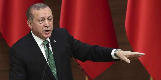 Le président turc, Recep Tayyip Erdogan, a déclaré l'état d'urgence peu après le putsch manqué du 15juillet 2016, imputé par Ankara au prédicateur Fethullah Gülen, exilé aux Etats-Unis, qui dément fermement toute implication.
