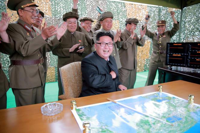 Kim Jong-un, lors de l'essai d'un missile de moyenne portée. Photo non datée, diffusée en juin 2016 par Pyongyang.