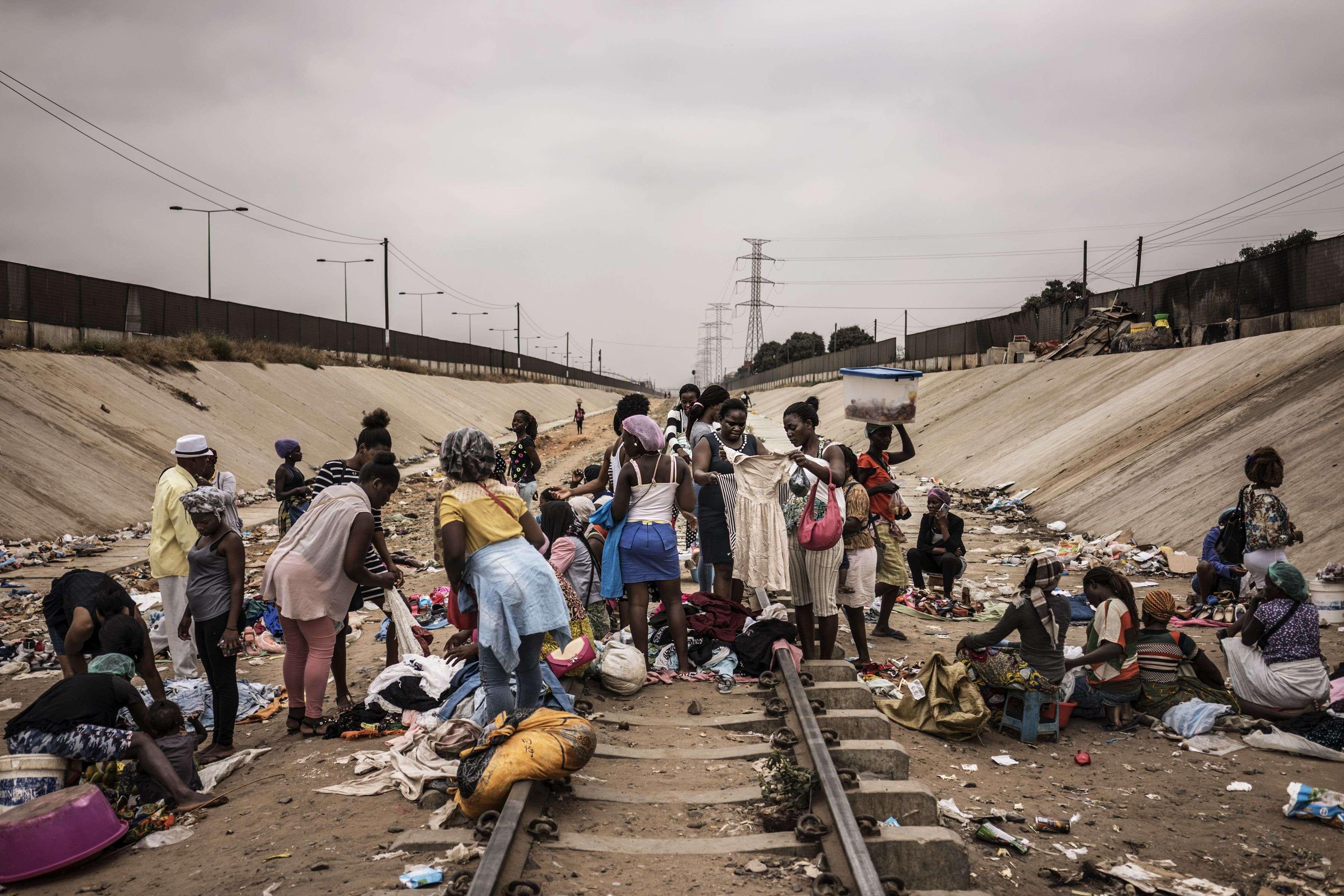 Pendant les élections, la vie continue. Une vie difficile : plus de la moitié des 18 millions d'Angolais vivent dans une grande pauvretéavec moins de 2 dollars par jour. Ici, des femmes n'ont pas d'autre lieu pour vendre leurs produits que les rails du train.Luanda, 22 août 2017.
