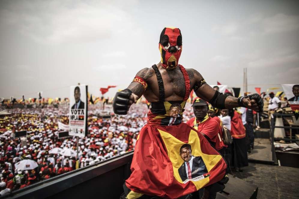 Le Mouvement populaire de libération de l'Angola (MPLA), parti au pouvoir, a consacré des moyens importants pour la campagne de son candidat, Joao Lourenço. Ici, un lutteur, le visage du candidat placardé sur le corps, pose sur le toit d'un camion à Luanda, le 19 août.