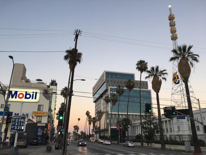 L'antenne de Netflix à Los Angeles, sur Sunset Boulevard, avec au premier plan la tour de la radio KTLA.