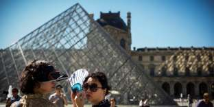 Devant le Musée du Louvre, à Paris, le 25 août. Sur les six premiers mois de 2017, l'Ile-de-France a accueilli 1,5 million de personnes supplémentaires.