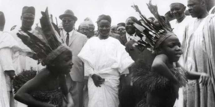 Le premier président du Cameroun, Ahmadou Ahidjo (au centre), à Yaoundé, lors de la campagne présidentielle de 1970.