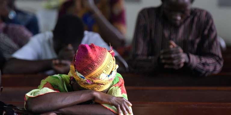 Prière dans une église de Freetown (Sierra Leone), le 20 août.