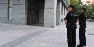 Deux policiers surveillent à Madrid les abords de l'Audience nationale, tribunal notamment spécialisé dans les affaires de terrorisme,le 22 août 2017.