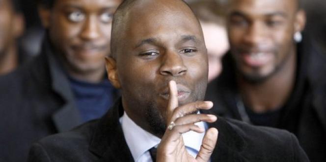 Kémi Séba avant le début de son procès, le 19février 2008, au tribunal correctionnel de Paris, où il était jugé pour avoir maintenu durant plusieurs mois l'existence de la Tribu Ka, un groupuscule noir ultraradical et antisémite pourtant dissout en juillet 2006.