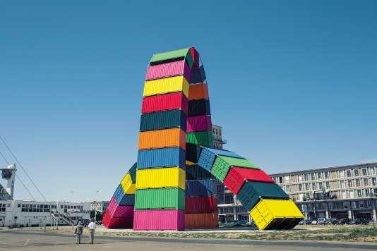 La Catène de containers forme comme un pont entre la mer et la cité.