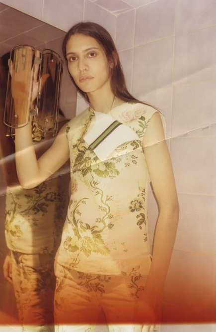 Chemise d'uniforme sans manches et pantalon droit classique en jacquard de soie floral, Calvin Klein 205W39NYC.