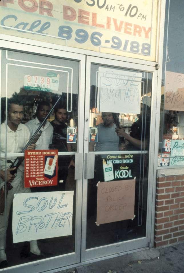 En 1967, des hommes armés protègent leur magasin.