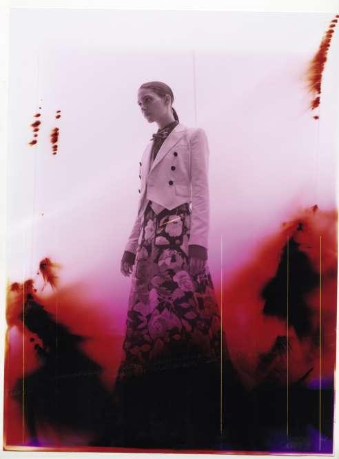 Veste et gilet en velours de coton, chemise en popeline et nœud papillon imprimé, Dolce & Gabbana. Jupe en velours à fleurs, Gucci.