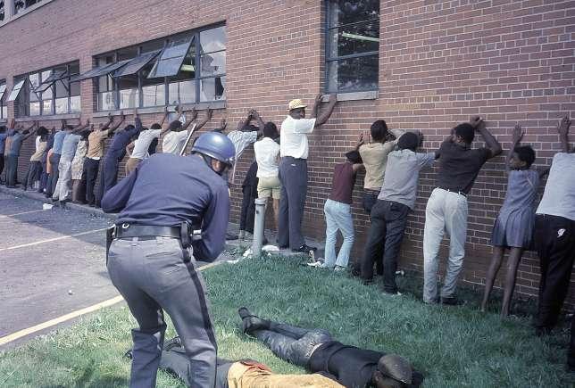 Tandis que les émeutes faisaient rage en juillet 1967, la police procédait à de nombreuses arrestations.