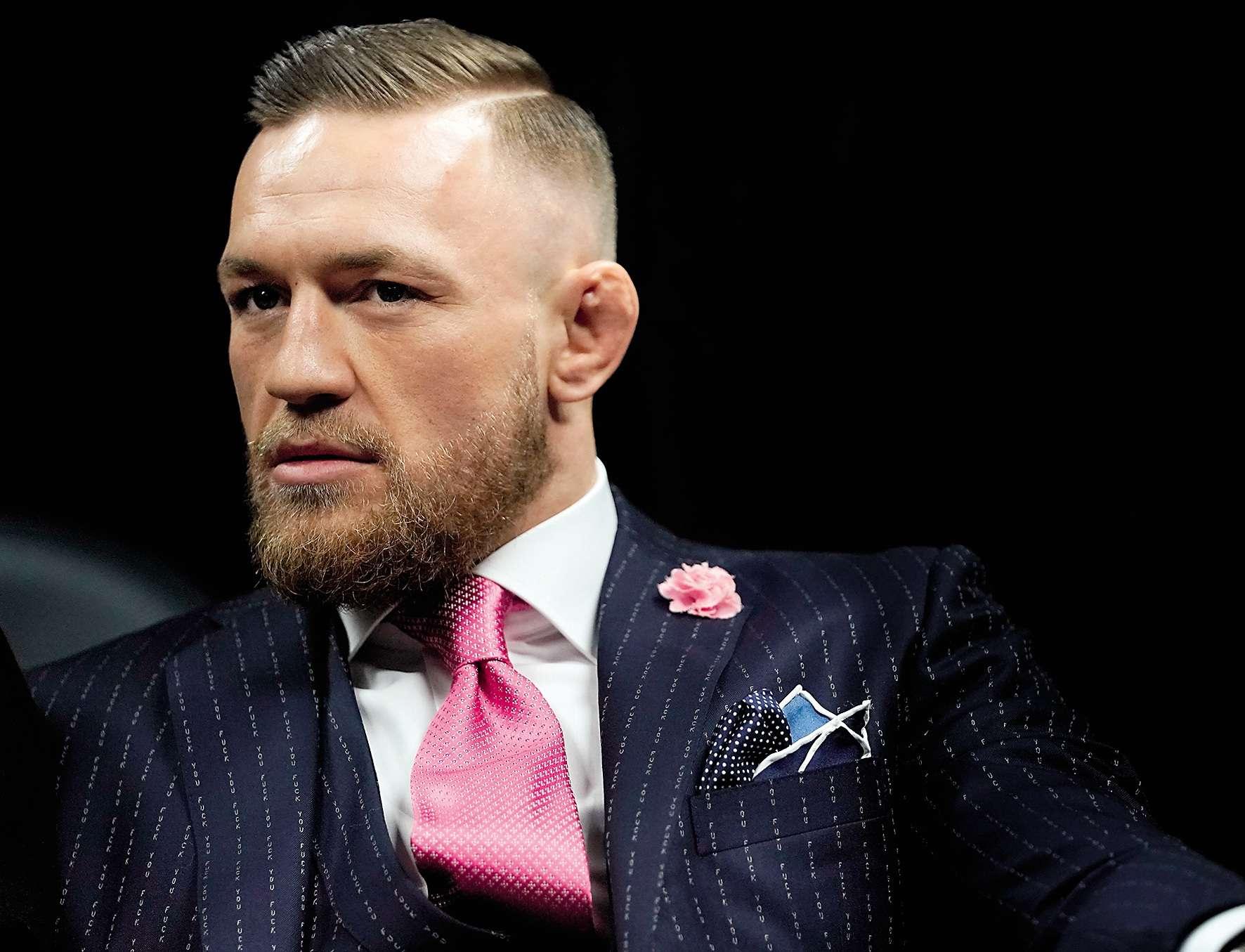 Dans quelques heures, Conor McGregormontera sur le ring face au champion de boxe Floyd Mayweather, 40 ans, 49 victoires et zéro défaite au compteur. A-t-il une chance de battre l'Américain sur son propre terrain ? Aucune, disent ses détracteurs. Mais McGregor tient déjà sa réponse. En zoomant sur l'étoffe de son costume, on constatera en effet que ses rayures sont formées par une suite infinie de petits « Fuck you».Ceux qui ont un message à faire passer seront heureux de savoir que ce service de personnalisation est disponible chez le drapier Holland & Sherry.