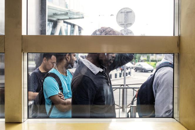Les demandeurs d'asile patientent devant les locaux de l'Ofpra.
