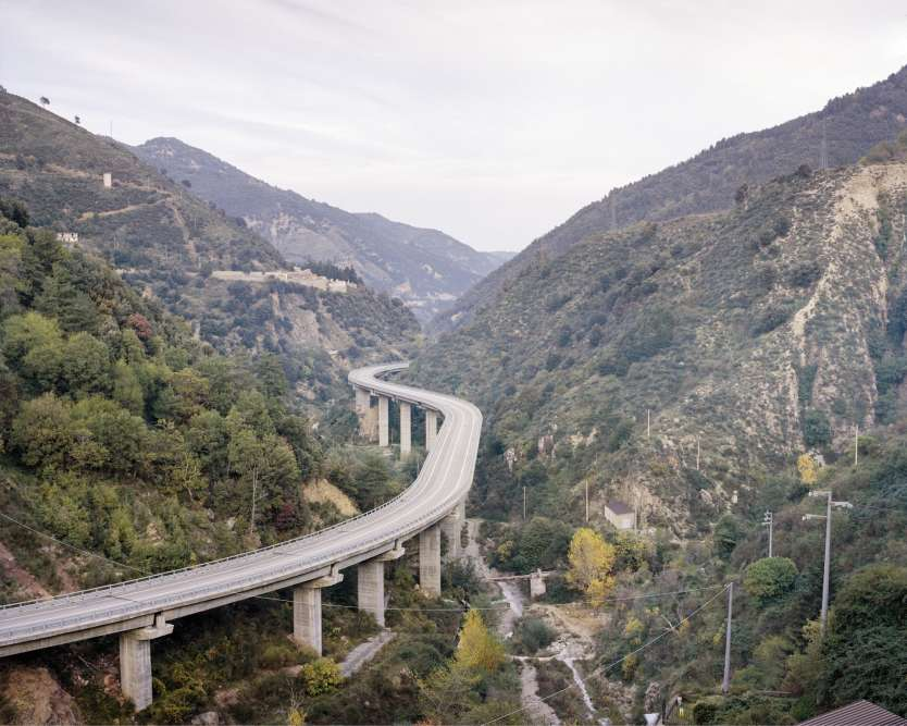 Route menantde Longobucco, petite ville de montagne du nord-est de la Calabre, aux eaux cristallines de la côte ionienne.