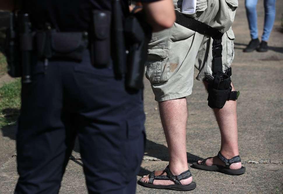 Cet homme, qui a été interrompu par la police, porte une arme à feu comme l'autorise la législation de Virginie.