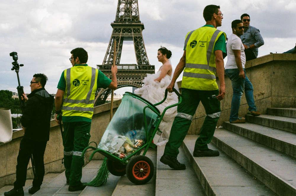 Rudy et Fernando, agents de la propreté de Paris, en binôme lors de la collecte des déchets autour du site touristique de la tour Eiffel et du Trocadéro, le 19 août vers 16h30.