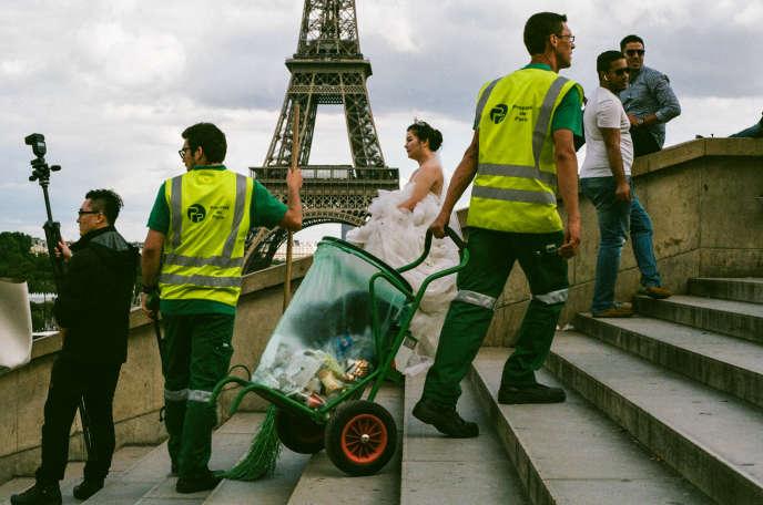 Agents de la propreté de Paris en plein travail au Trocadéro, le 19 août.