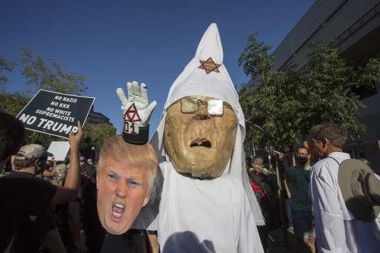 Des manifestants antiracistes déguisés en Donald Trump et Joe Arpaio en tenue du Klu Klux Klan, le 22août, à Phoenix dans l'Arizona.