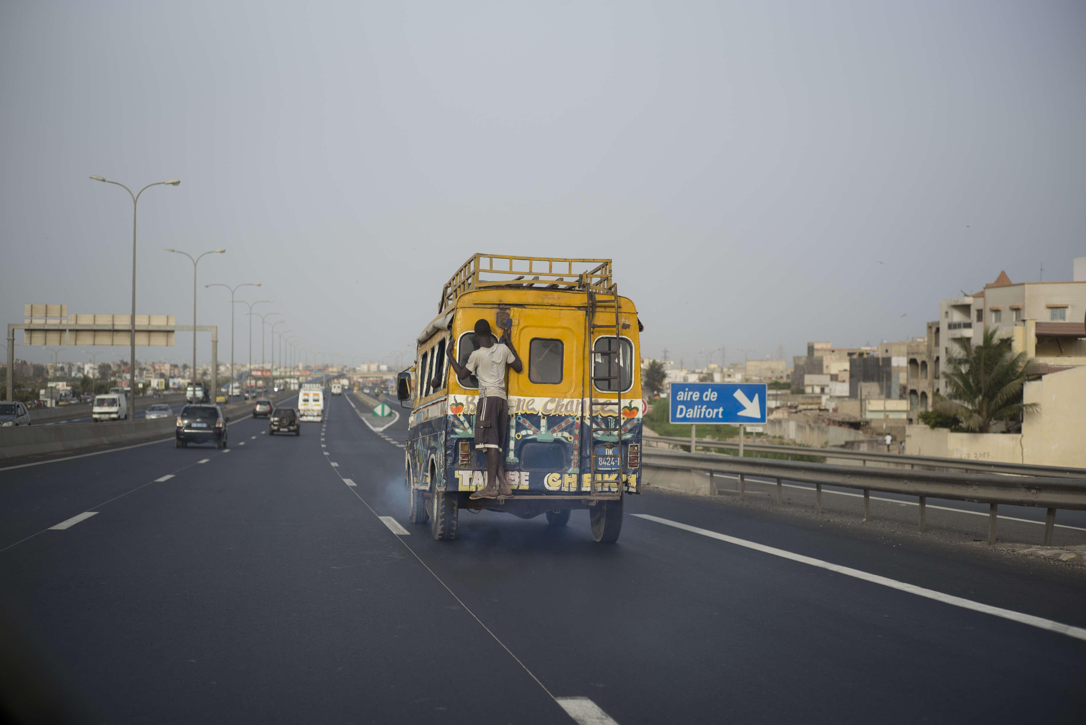 Dakar, mai 2017. L'autoroute à péage, dont la construction a commencé sous Abdoulaye Wade en 2005, a été achevée par son successeur, Macky Sall, en 2013. Elle contourne la Nationale 1, à l'entrée de Rufisque pour rallier la ville périphérique de Diamniadio.