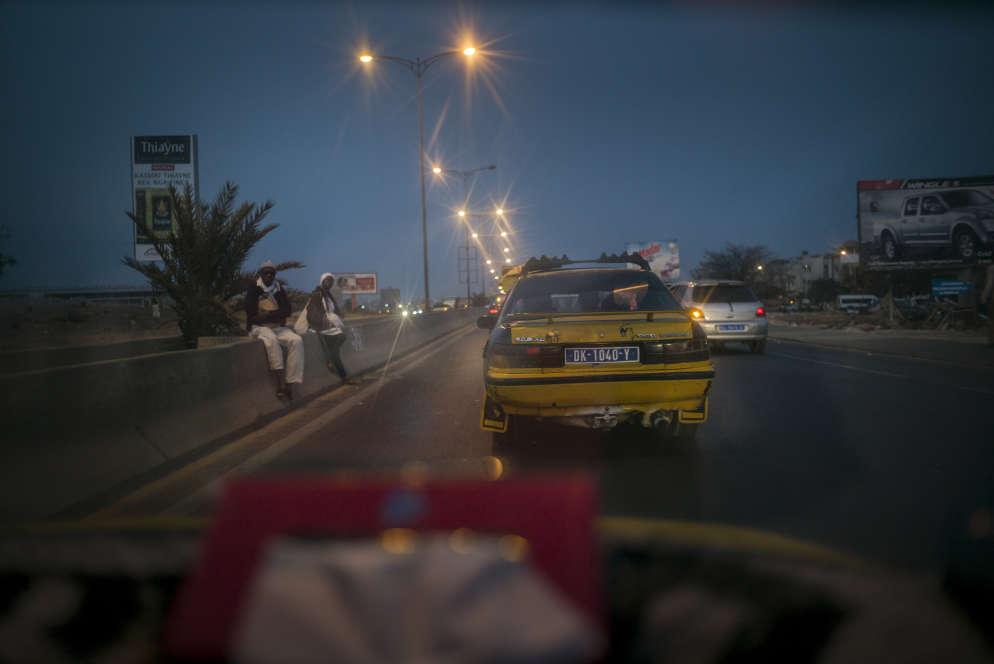 Le soir, la circulation se fait moins dense sur la VDN, axe majeur de la capitale pensé à l'époque coloniale pour desservir la métropole dakaroise.