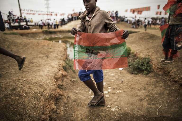 Un Angolais arborant le drapeau du parti d'opposition, l'Unita, à Luanda, le 21août.