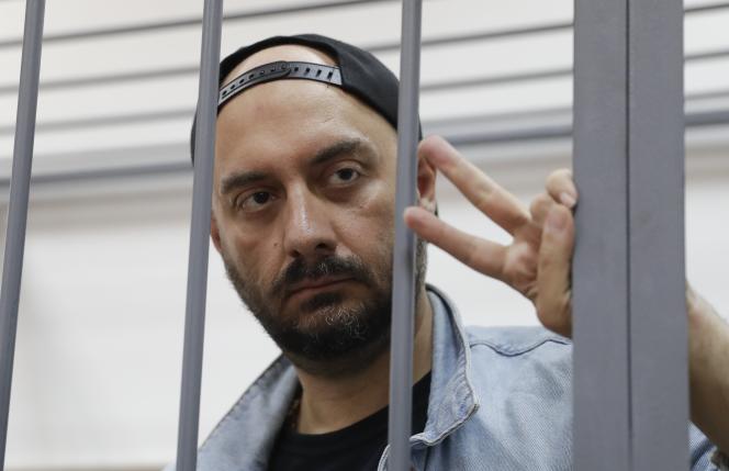 Le metteur en scène et cinéaste Kirill Serebrennikovdevant le tribunal de Basmany, à Moscou, le 23 août.