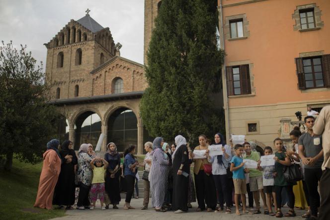 Des familles de présumés djihadistes et des habitants se rassemblent contre le terrorisme, à Ripoll, le 19 août.