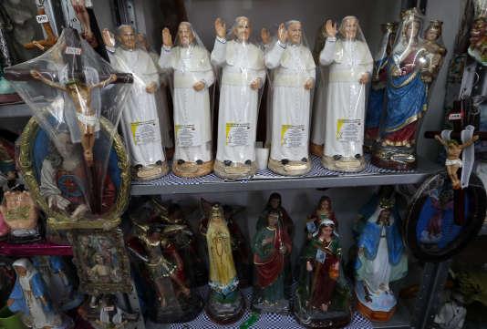 Statues du pape François et autres objets pieux dans un magasin à Bogota, le 23 août.