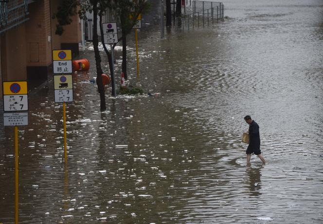 Rue inondée à Hongkong après le passage du typhon Hato, le 23 août.