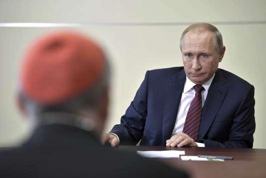 Le cardinal Pietro Parolin et Vladimir Poutine, à Sotchi, le 23 août.