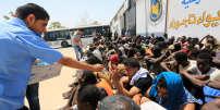 Des immigrés clandestins détenus près de Tripoli, après leur sauvetage en mer, le 6août2017.