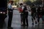 Une femme enlace un officier de la police catalane, la Mossos d'Esquadra, aux Ramblas de Barcelone où un attentat a coûté la vie à 13 personnes jeudi 17 août.