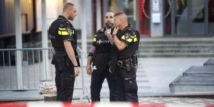 Des agents de police munis de gilets pare-balles étaient postés près de la salle de concert qui devait accueillir, mercredi 23 août, le groupe rock californien Allah-Las, au Pays-Bas.