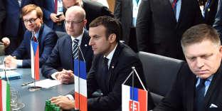 M. Macron, aux côtés des premiers ministres slovaque (à gauche) et tchèque (à droite), au Conseil européen à Bruxelles, le 23 juin.