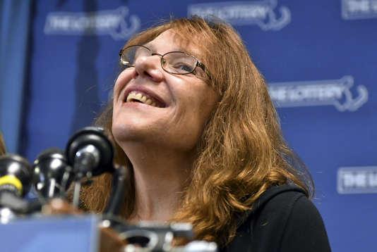 Mavis Wanczyk, employée de 53 ans, travaillant dans un hôpital, souriante lors de la conférence de presse durant laquelle elle a annoncé avoir gagné 758,7 millions de dollars.