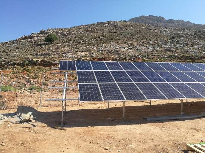 Des panneaux solaires installés sur l'île grecque de Tilos, le 29 juin 2017.
