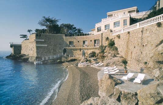 La plage de l'hôtel Cap Estel, prestigieux établissement aux allures de maison d'hôtes.