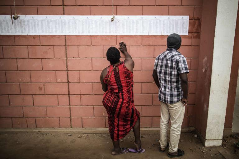 Des électeurs vérifient la présence de leur nom sur les listes d'un bureau de vote à Luanda, la capitale de l'Angola, le 23août 2017.