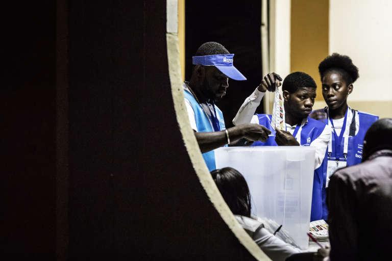 Opération de dépouillement dans un bureau de vote de Luanda, le 23août 2017.