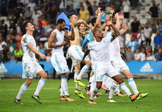 L'Olympique de Marseille (OM) célèbre sa victoire sur la pelouse du stade Vélodrome, après avoir écraséles Slovènes de Domzale 3 à 0.