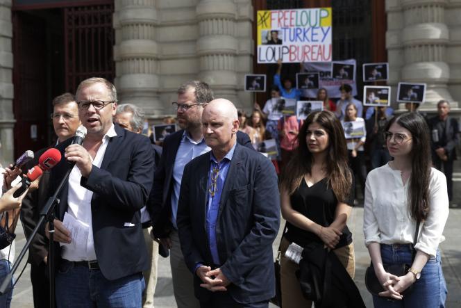 Christophe Deloire, secrétaire général de RSF, s'exprime au côté de Christophe Girard, maire du 4e arrondissement de Paris, lors du rassemblement de soutien à Loup Bureau le 24 août 2017 à Paris.