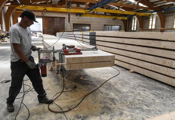 Sur un site de production de bois laminé d'Arbonis, à Vérosvres (Saône-et-Loire), en juin.