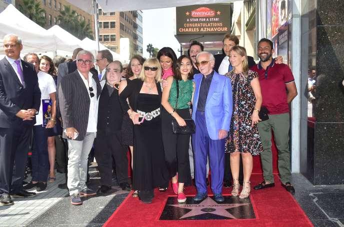 Charles Aznavour pose avec sa famille devant son étoile sur le «Walk of Fame» d'Hollywood, à Los Angeles, le 24 août.