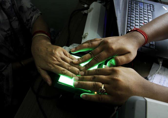 Lors du test du dispositif Aadhar, à Calcutta, en 2012.
