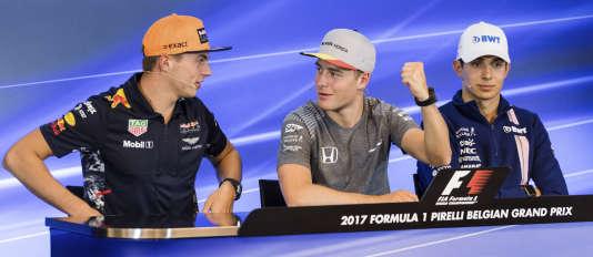 De gauche à droite, les pilotes Max Verstappen, Stoffel Vandoorne et Esteban Ocon, lors de la conférence de presse, le 24 août à Spa.