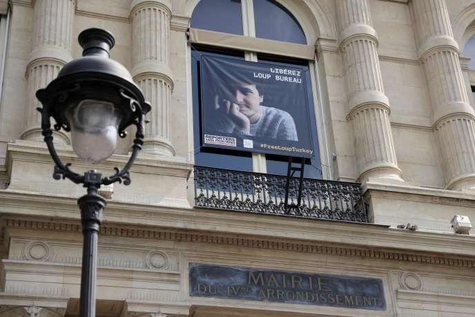 Un porttrait de Loup Bureau, sur la façade de la mairie du IVe arrondissement, à Paris.