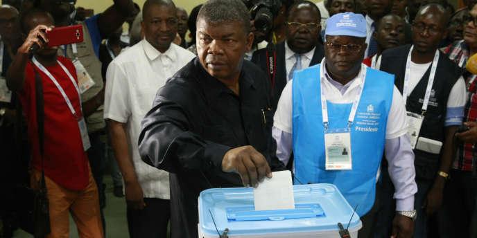Joao Lourenço, le candidat du MPLA aux élections générales en Angola, en train de voter, le 23août 2017, à Luanda.