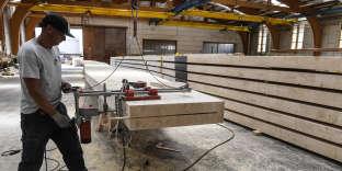 Sur un site de production de bois laminé.