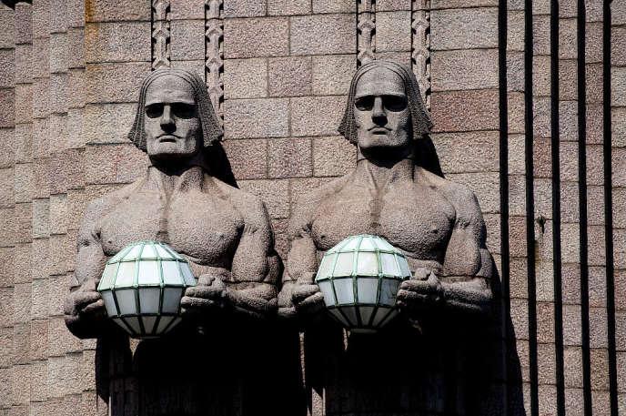 Deux des quatre imposantes colonnes de la façade de la gare centrale d'Helsinki.