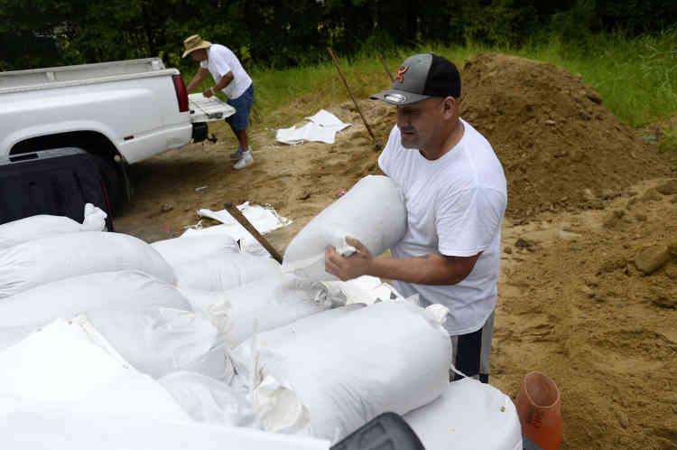Certains habitants ont toutefois préféré rester chez eux, en construisant des digues avec des sacs de sable.